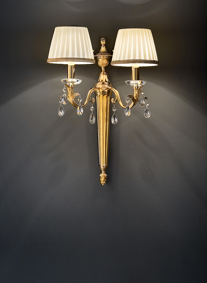 Cast brass and metal frame. Pongè lampshades and crystal pendants